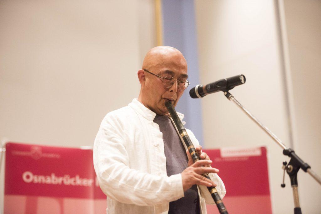 Liao Yiwu spielt Flöte